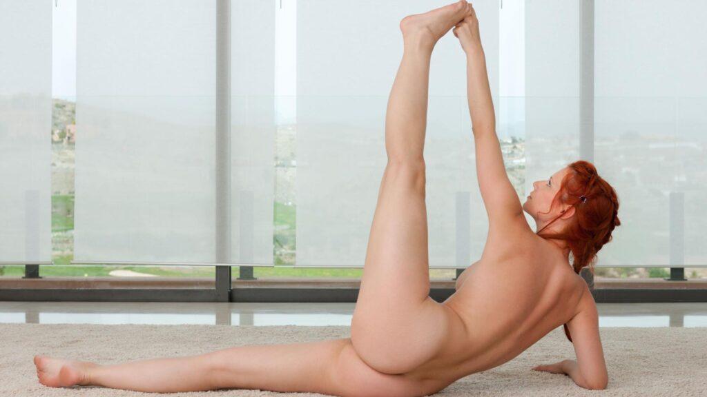 Nackt Yoga ist weitaus mehr, als einfach nur die Kleidung beim Yoga abzulegen.