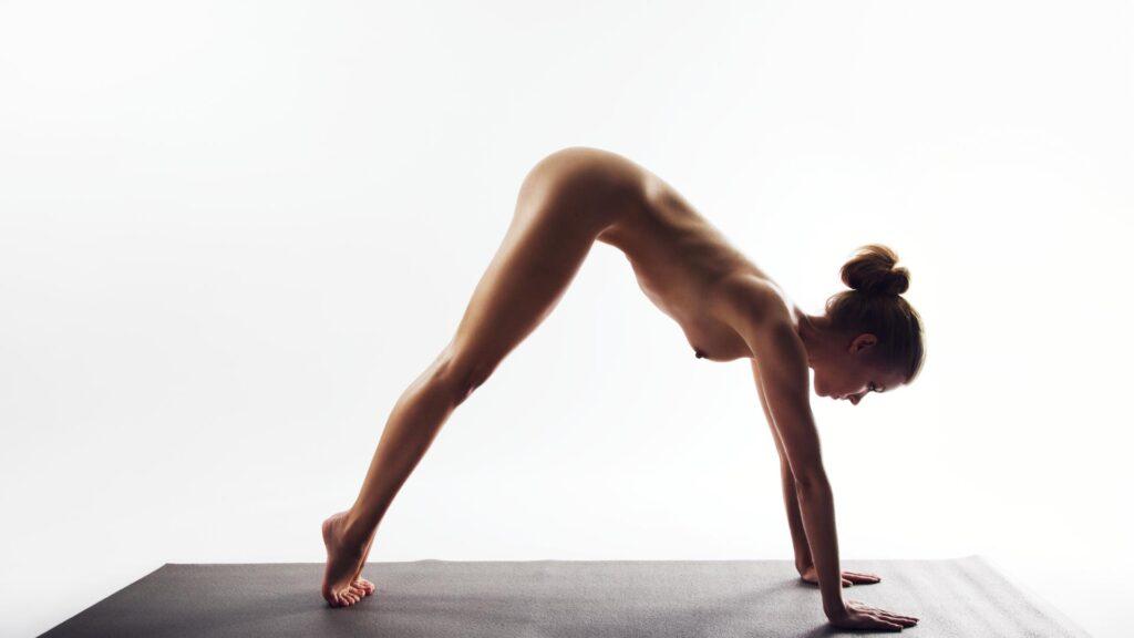 Was das hüllenlose Verrenken beim Nackt-Yoga bringt, woher es kommt und wo Sie es praktizieren können, hier, im SAT.1 Ratgeber