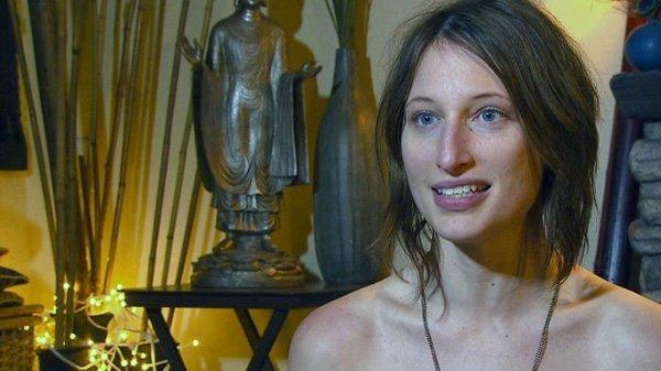 Nacktyoga Schülerinnen legen Hemmungen und Kleidung ab für Nackt-Yoga