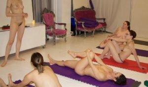 Nackt-Pilates- und nackt Yogastunde von Naked In Motion zum FKK-Yoga