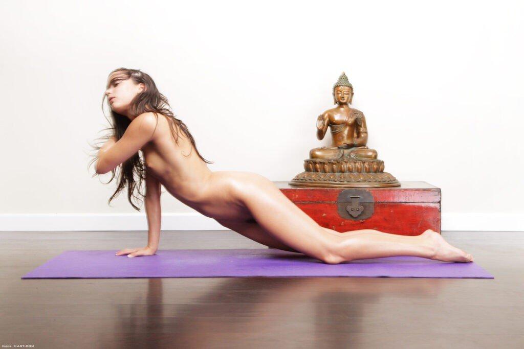 Daher hier 13 Gründe, warum Nackt-Yoga die Gesundheit verbessert. Natürlich nicht nur Nackt-Yoga, sondern generell Yoga.