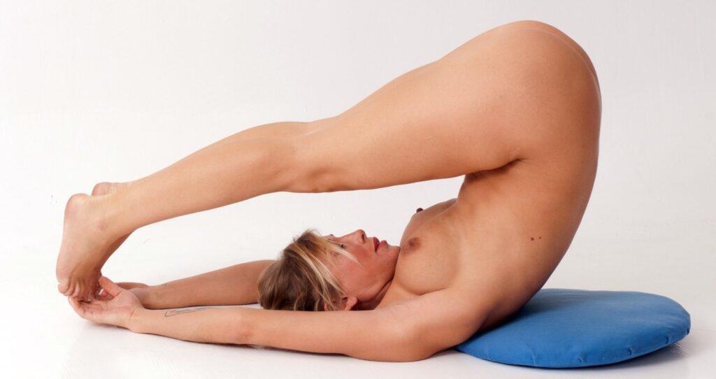 Nackt Yoga vor dem Schlafen: die 3 besten Übungen