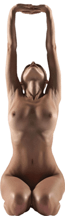 Eine Frau praktiziert Nacktyoga