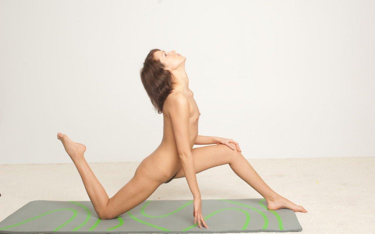 Zum Nacktyoga solltest Du eine hochwertigen Yogamatte wählen