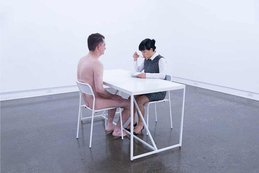 ein nackter man am tisch