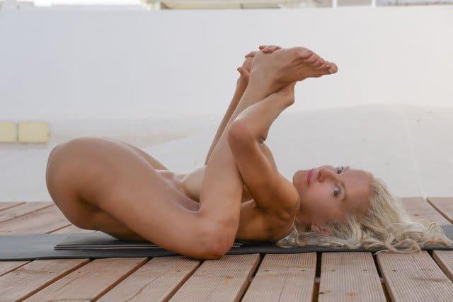 Nackt Yoga Asana: Fröhliches Baby für besser Orgasmen oder Yogasmen
