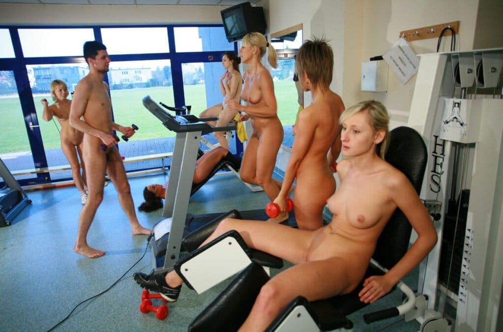 Nackt Training im Nackt Fitness Studei 08