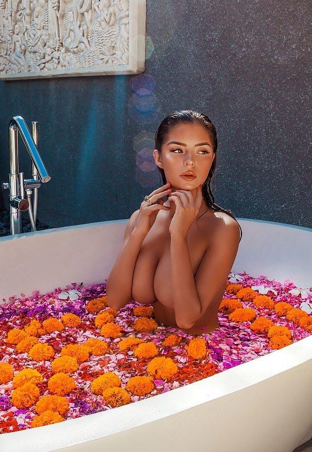 Schaffe eine schöne Umgebung, die dich begeistert, in die Badewanne zu hüpfen und dich in deine Meditation zu versetzen.