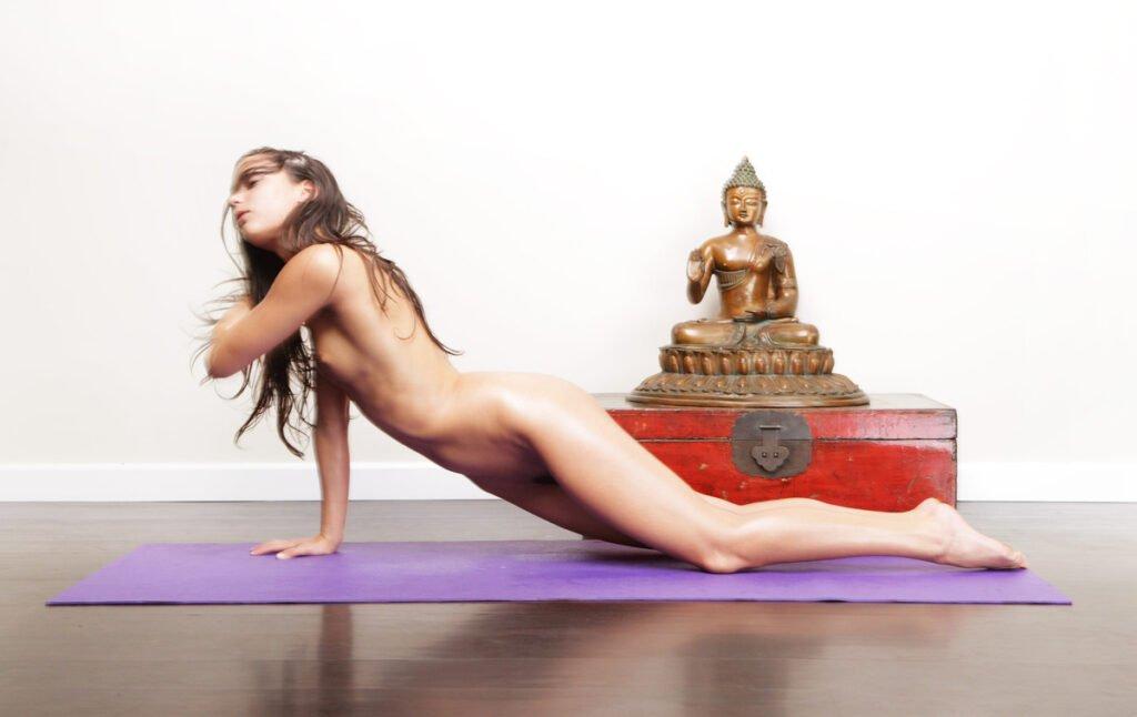 Nackt-Yoga und seine TOP psychologischen Vorteile