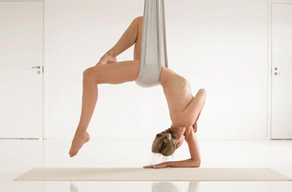 Arieal Nackt Yoga