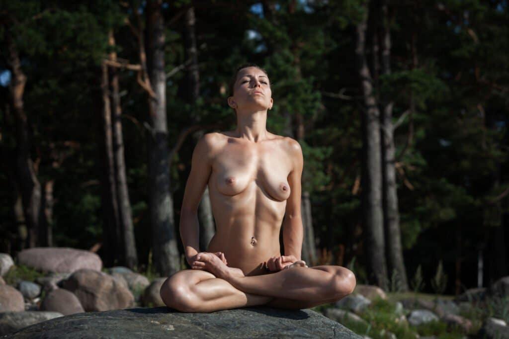 Wann ziehen wir uns für das Nackt Yoga aus?