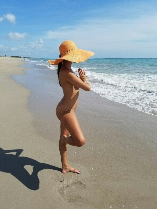 Nackt Yoga am Strand