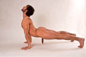 Nackt Yoga zur Verbesserung der männlichen sexuellen Fitness