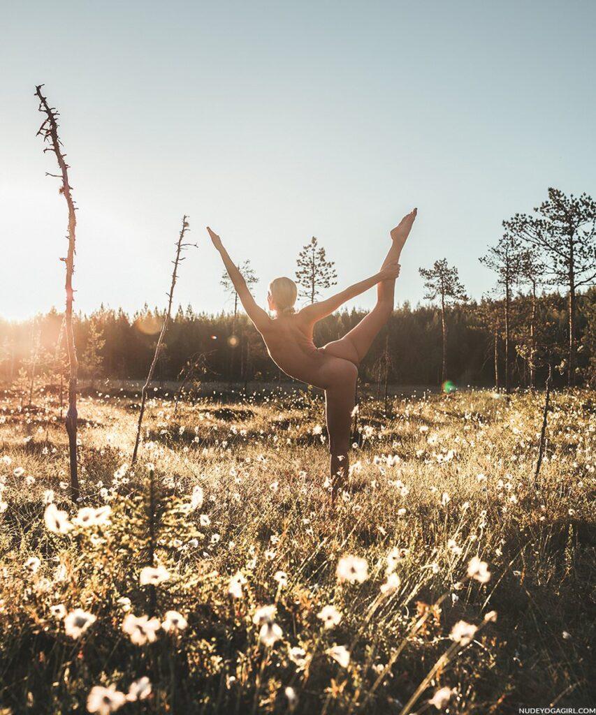 Nude Yoga Girl beim Herausforderung waren die ganzen Moskitos und ein nasser Sumpf