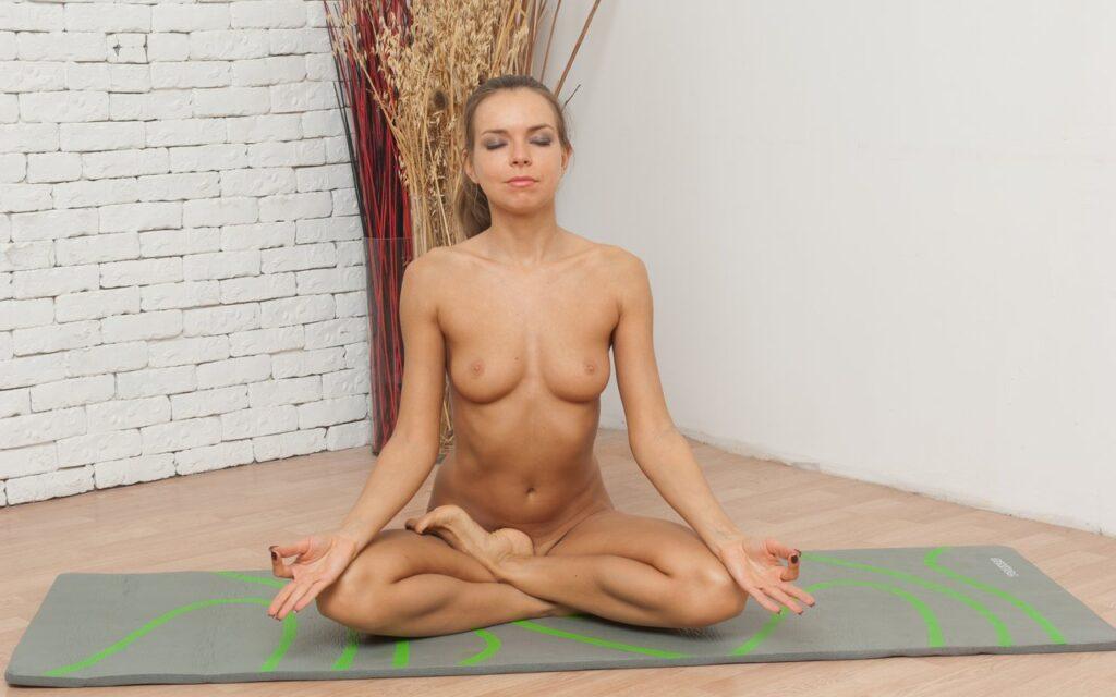 Weiße Tantra Nackt Yoga Lotus Pose für sexuelle Potenz