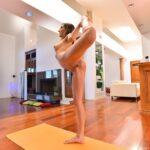 Nackt Yoga mit Moka