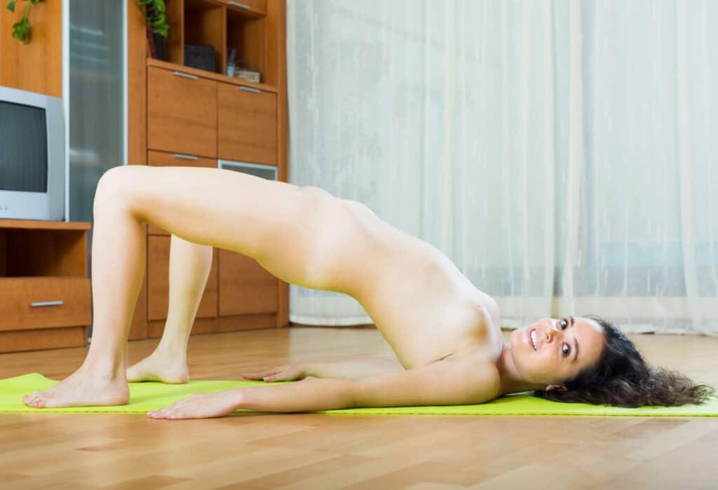 Die Kunst, ein Nackt Yoga Selfie zu machen.