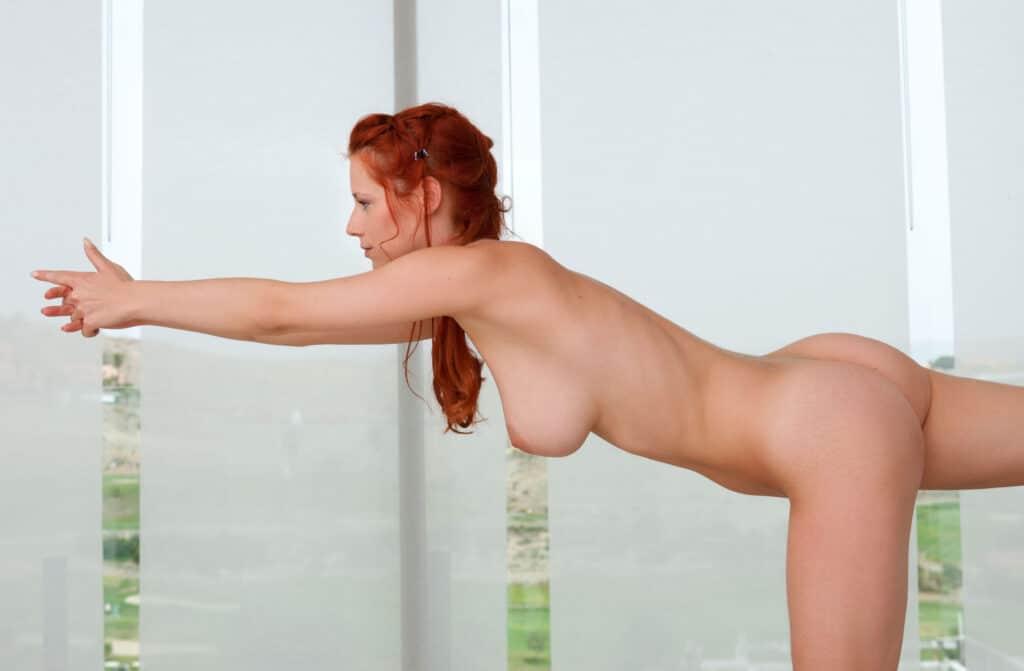 Ariel macht Nackt Yoga