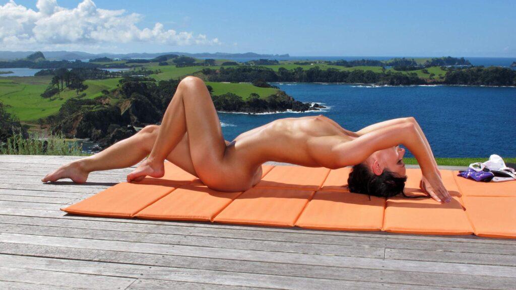 Sie ist wieder nackt - Ein Nacktyogi Interview