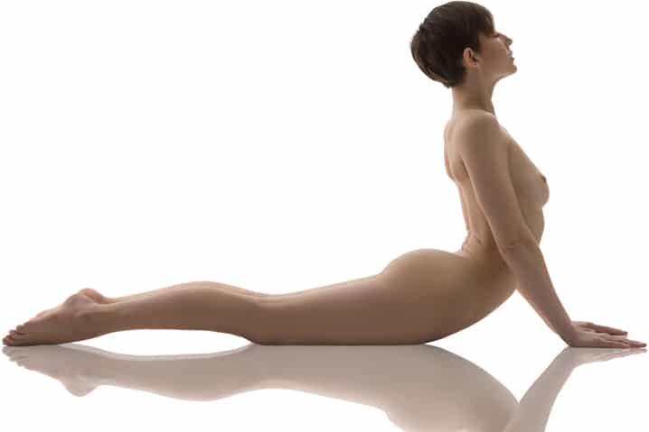 """Nackt-Yoga-Pose: """"Nach oben schauender Hund"""""""