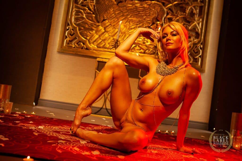 Om Lounge Nacktyoga mit Serene Siren