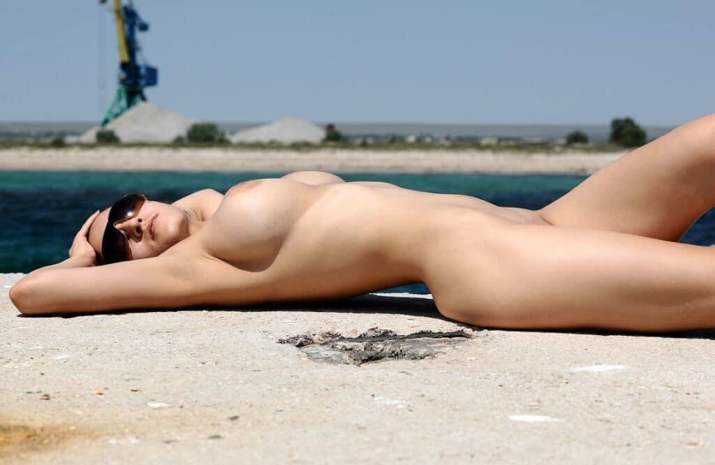 Zensur von Frauen mit großen Brüsten