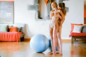 Nackt-Pilates für einen offenen Geist und Körper Nackt-Pilates